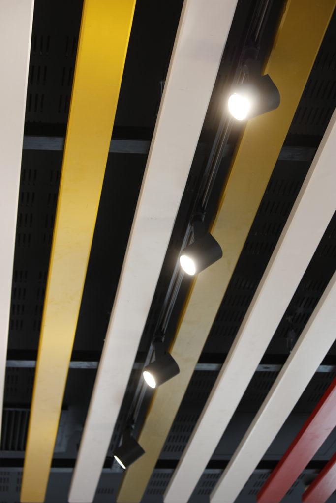 Rangée de spots installés par AC2R pour Les Burgers de Papa Confluence