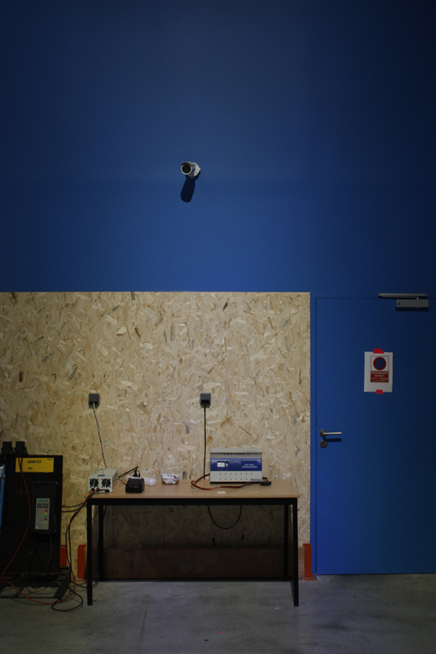 Mur bleu d'atelier et caméra installée par AC2R
