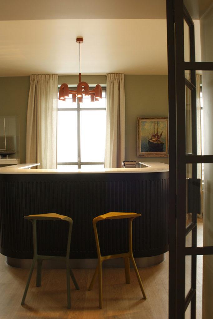 A l'étage, une pièce consacrée au billard, avec un bar