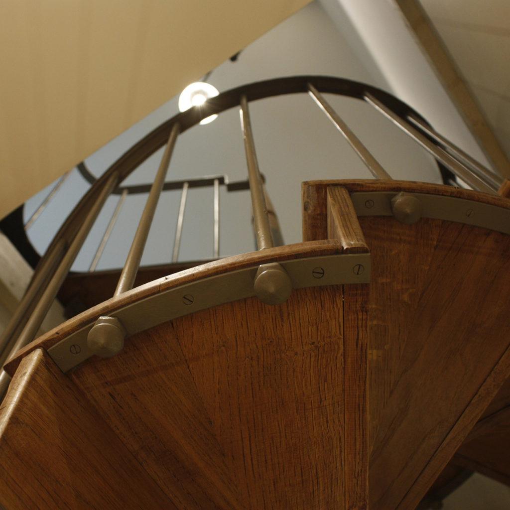 Un escalier en colimaçon mène au dernier étage