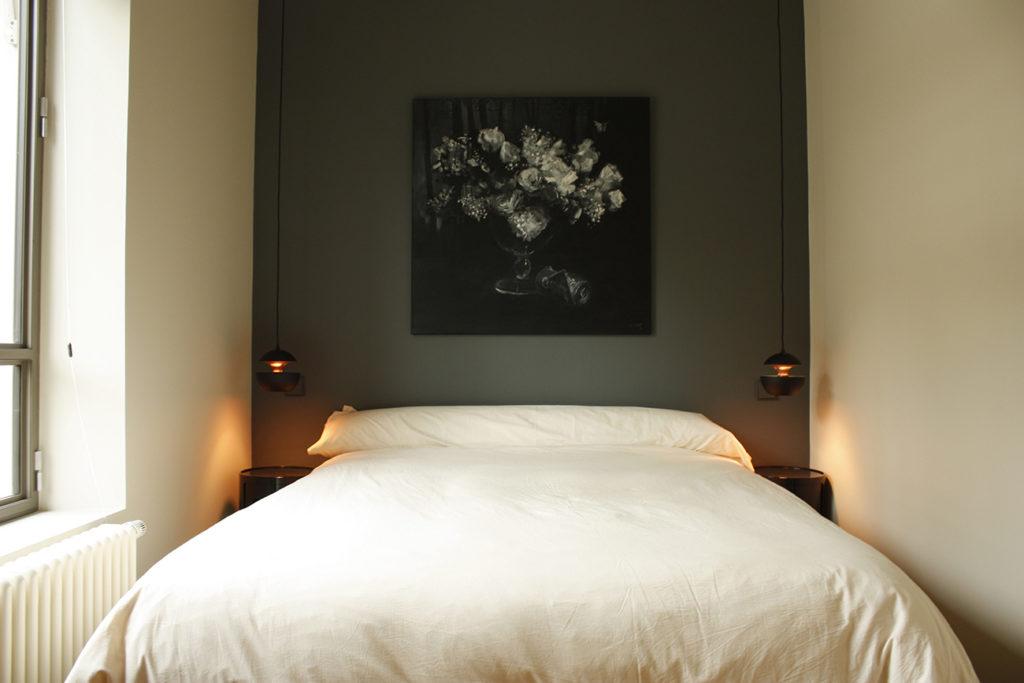 Une chambre avec deux suspensions pour lumière de chevet