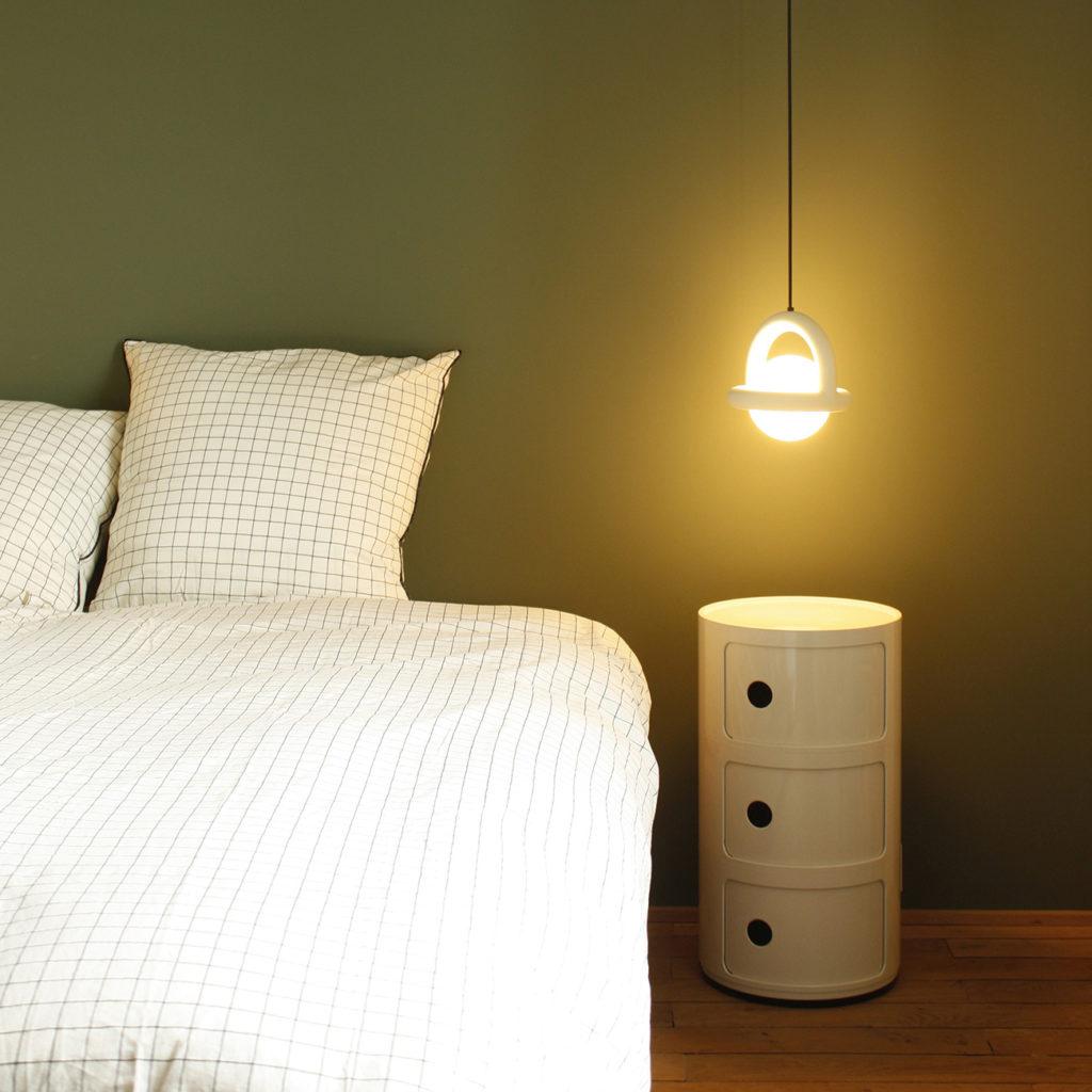 Une autre chambre dispose de lampes de chevets originales
