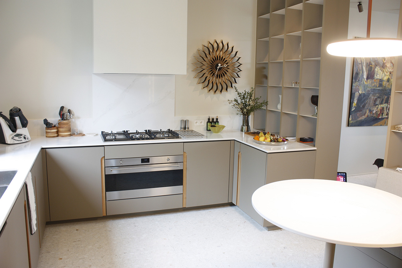 Dans la cuisine, le néon design vient éclairer la table