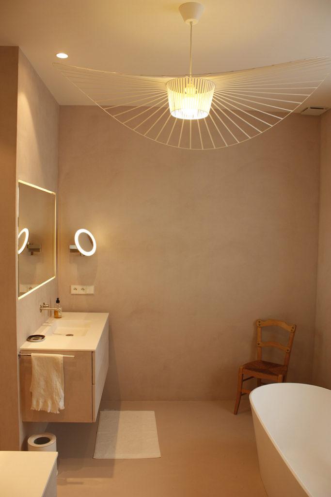 La salle de bain de la maitresse des lieux est splendide, lustre petite friture